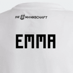 Emma auf dem DFB Baby Trikot