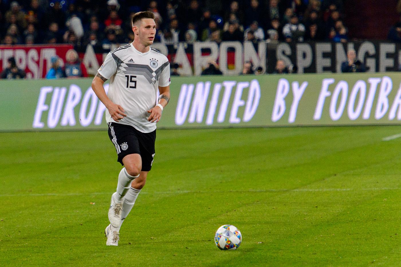 Niklas Süle im DFB Trikot mit der Nummer 15 in der EM-Qualifikation 2020 gegen die Niederlande (Foto Shutterstock)