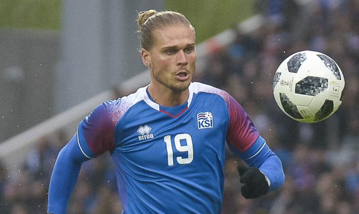 Islands Mittelfeldspieler Rurik Gislason im Island Trikot mit der Rückennummer 19. / AFP PHOTO / Haraldur Gudjonsson