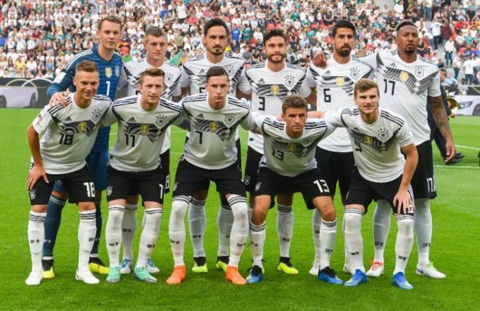 Die deutsche Startaufstellung heute gegen Saudi-Arabien. Die Bestbesetzung! / AFP PHOTO / Patrik STOLLARZ
