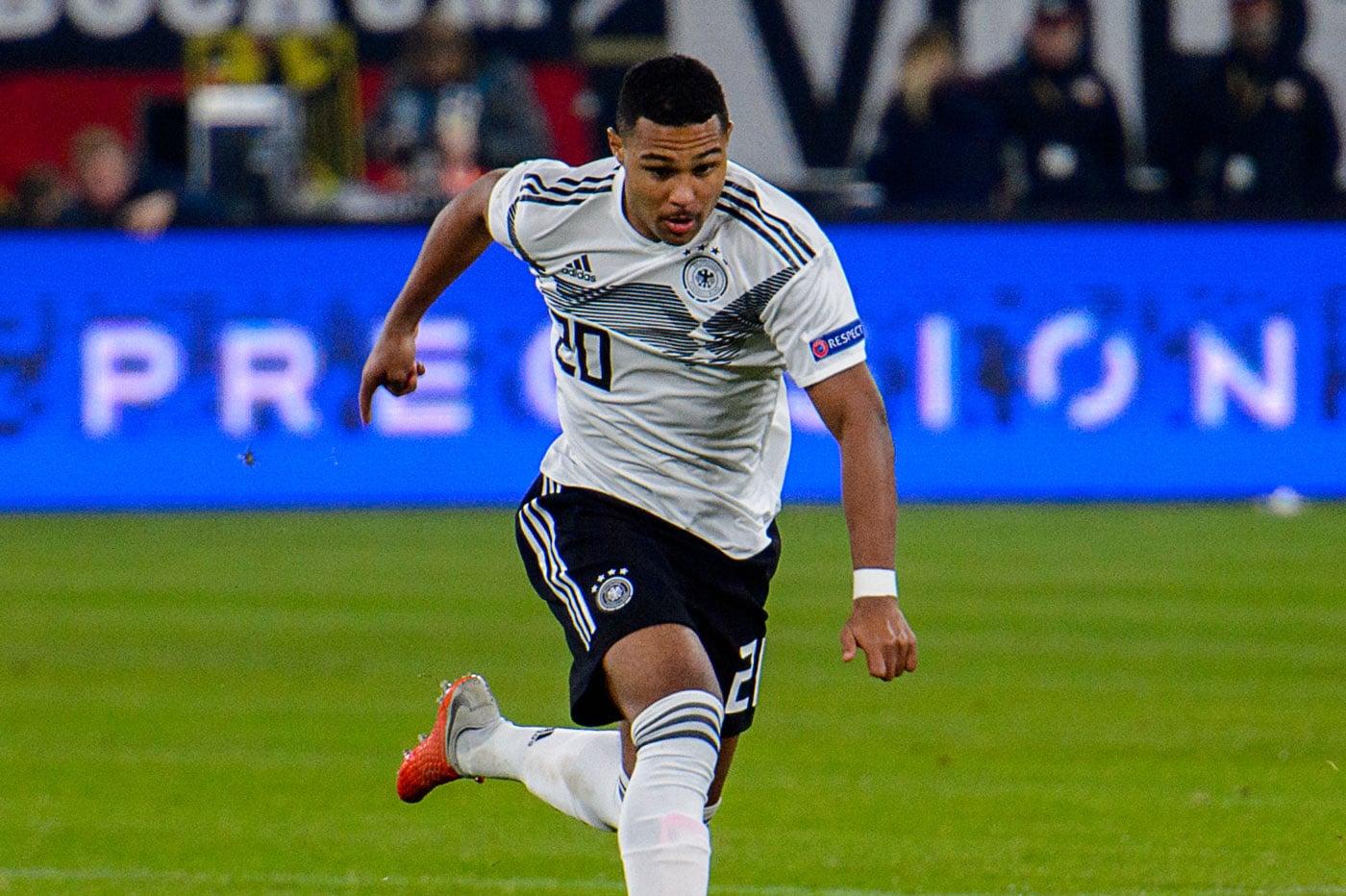 Serge Gnabry mit der DFB Trikot Nummer 20 gegen die Niederlande ijn der EM 2020 Qualifikation. (Foto Shutterstock)