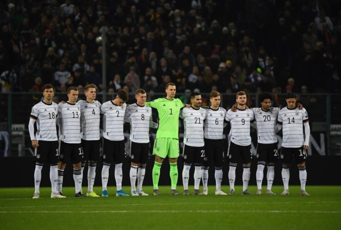 Die deutsche Fußballnationalmannschaft im neuen DFB Trikot 2020 gegen Weissrussland am 16.November 2019 in Mönchengladbach. (Photo by INA FASSBENDER / AFP)