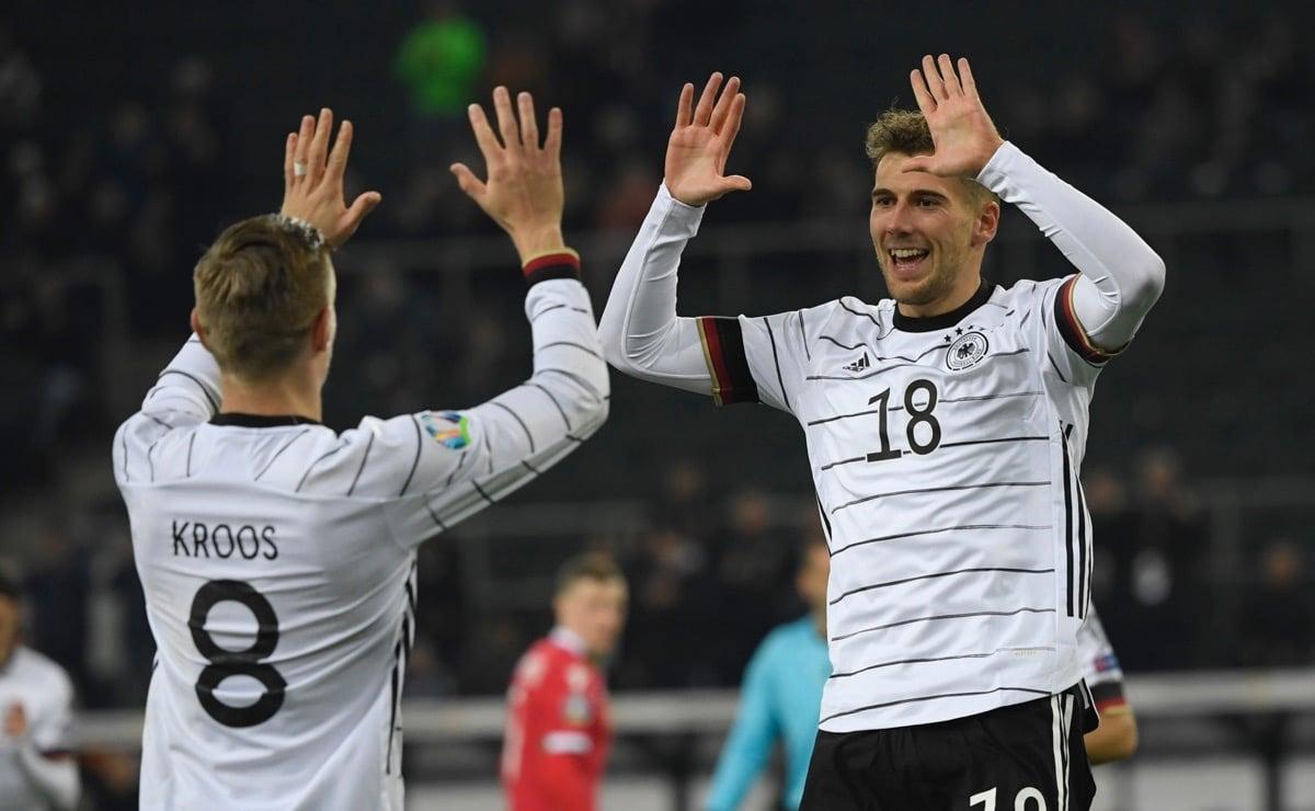 Leon Goretzka (Nummer 18) und Toni Kroos (Nummer 8) im neuen DFB Trikot 2020! (Photo by INA FASSBENDER / AFP)