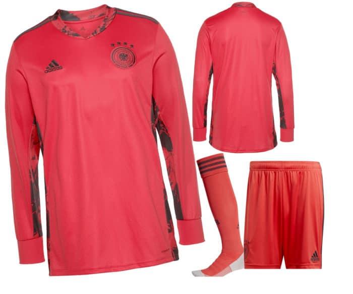 Das neue DFB Torwarttrikot ist rot, ebenso die Torwarthose und die Stutzen.