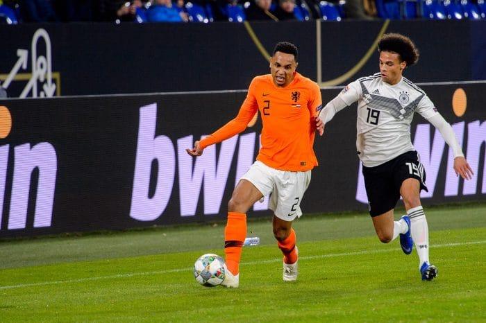 Deutschland gegen Niederlande hieß es in den letzten Jahren gleich vier Mal. Hier kämpfen Leroy Sane und Kenny Tete im November 2019 in Gelsenkirchen gegeneinander (Foto Shutterstock)