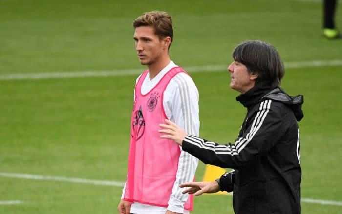 Joachim Löw im November 2019 mit Niklas Stark beim Training mit der deutschen Fußballnationalmannschaft.