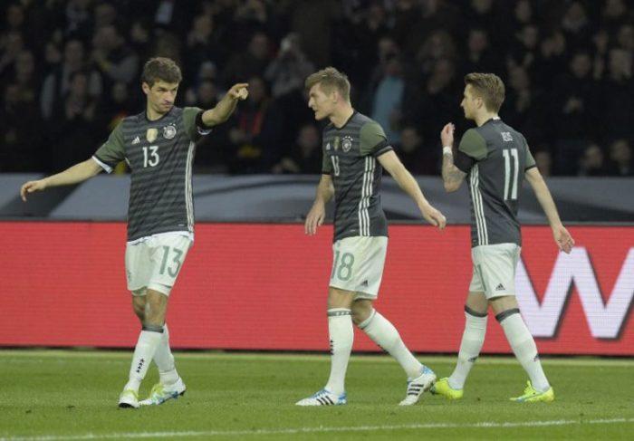 DFB-Spieler Thomas Müller,Toni Kroos und Marco Reus während des Spiels Deutschland gegen England in Berlin am 26.März.2016/AFP