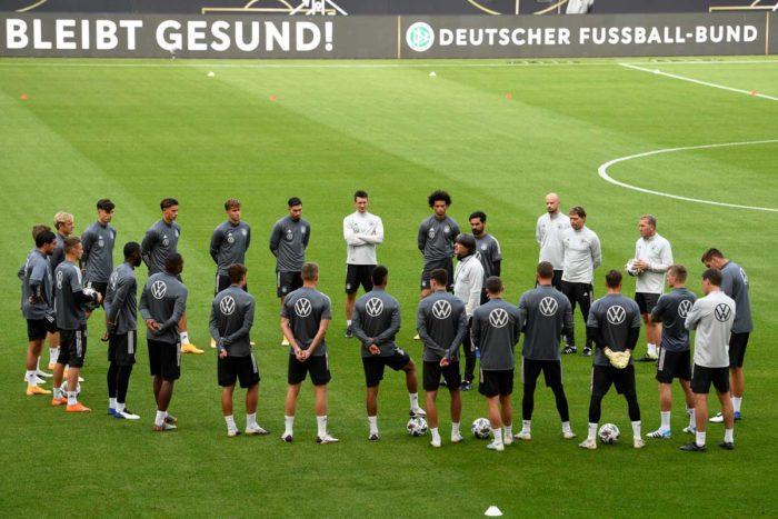 Bundestrainer Joachim Löw spricht zu seinen Spielern am 2.September 2020 in Stuttgartvor dem Länderspiel gegen Spanien. (Photo by Thomas KIENZLE / AFP)