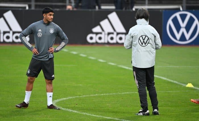 Bundestrainer Joachim Löw mit Mahmoud Dahoud (L) in der Training Session vor dem Länderspiel gegen die Türkei am 5. Oktober 2020. (Photo by Ina FASSBENDER / AFP)