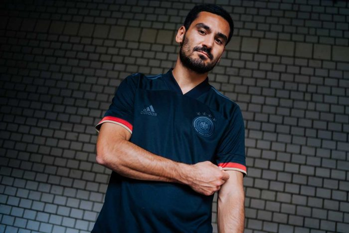 Ilkay Gündogan präsentiert das neue schwarze DFB Away Trikot (Fotocredits: DFB/adidas)