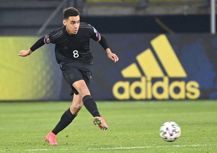 Jamal Musiala bei seinem 1-Lämnderspiel am 25.März 2021 im neuen schwarzen DFB Trikot 2021 (Ina Fassbender / AFP)