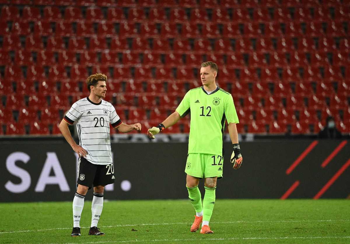 Deutschlands Torhüter Bernd Leno (R) und Deutschlands Mittelfeldspieler Jonas Hofmann nach dem Fußball-Länderspiel Deutschland gegen Türkei in Köln, am 7. Oktober 2020. (Foto: Ina Fassbender / AFP)