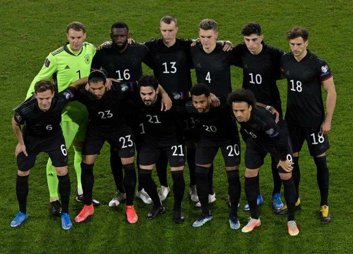Der DFB Kader bzw. die Startaufstellung im neuen DFB Away Trikot im März 2021. (Photo by Tobias SCHWARZ / various sources / AFP)