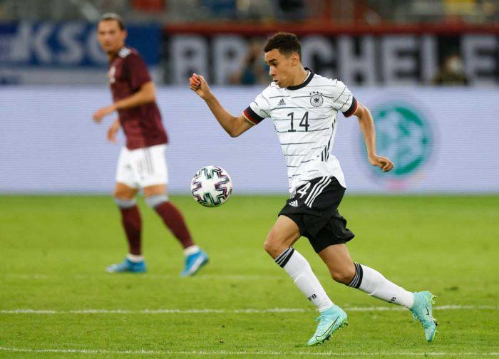 Deutschlands Mittelfeldspieler Jamal Musiala kontrolliert den Ball während des Fußball-Freundschaftsspiels zwischen Deutschland und Lettland in Düsseldorf, Westdeutschland, am 7. Juni 2021, in Vorbereitung auf die UEFA-Europameisterschaft. Odd ANDERSEN / AFP