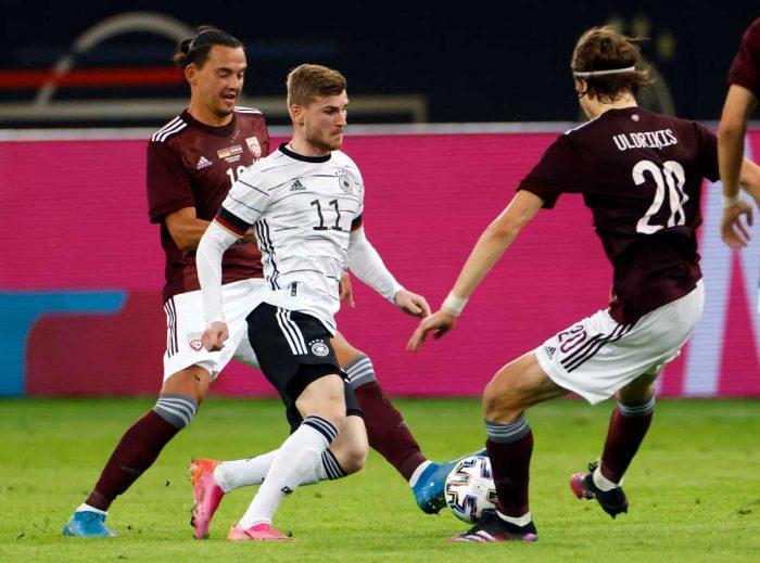Deutschlands Stürmer Timo Werner (2L) kämpft mit Lettlands Stürmer Roberts Uldrikis (2R) um den Ball während des Fußball-Freundschaftsspiels zwischen Deutschland und Lettland in Düsseldorf, Westdeutschland, am 7. Juni 2021, in Vorbereitung auf die UEFA-Europameisterschaft. Odd ANDERSEN / AFP