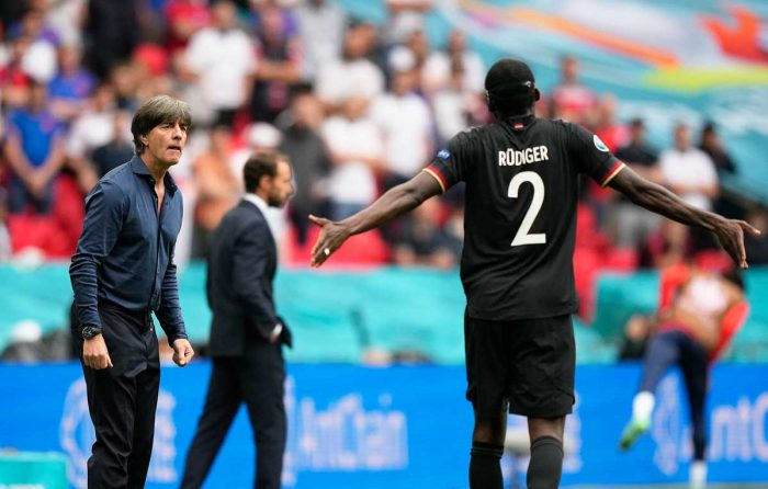 Antonio Rüdiger mit Joachim Löw gegen England im Wembley Stadium in London am 29.Juni 2021. (Photo by Frank Augstein / POOL / AFP)