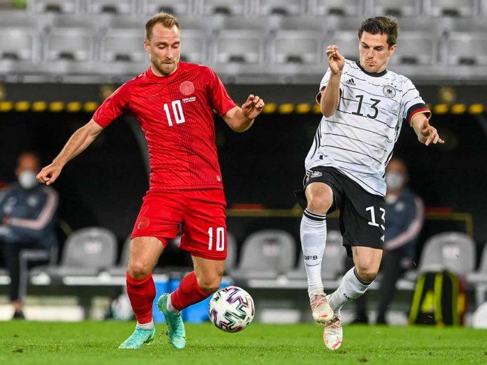 Dänemarks Mittelfeldspieler Christian Eriksen (L) und Deutschlands Stürmer Jonas Hofmann (R) kämpfen um den Ball während des Fußball-Freundschaftsspiels Deutschland gegen Dänemark in Innsbruck, Österreich, am 2. Juni 2021 in Vorbereitung auf die UEFA-Europameisterschaft. CHRISTOF STACHE / AFP