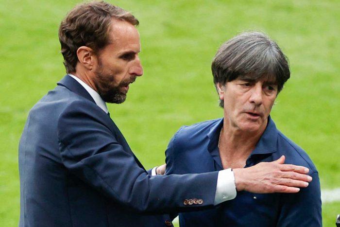 Bundestrainer Joachim Löw (R) mit England's coach Gareth Southgate nach dem EM-Achtelfinale am 29.Juni 2021 gegen England im Wembley Stadium in London (Photo by JOHN SIBLEY / POOL / AFP)