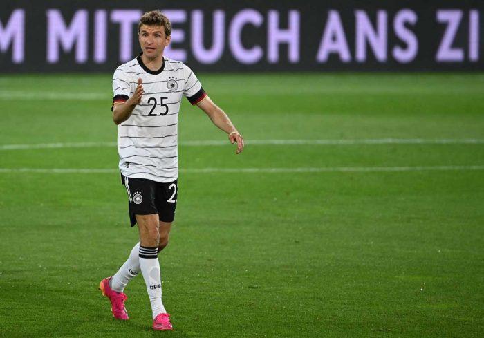 Thomas Müller am 2.Juni 2021 im neuen DFB Trikot mit der Nummer 25 statt der Nummer 13 gegen Dänemark im Testspiel in Innsbruck - Comeback nach über 900 Tagen! (Foto AFP)