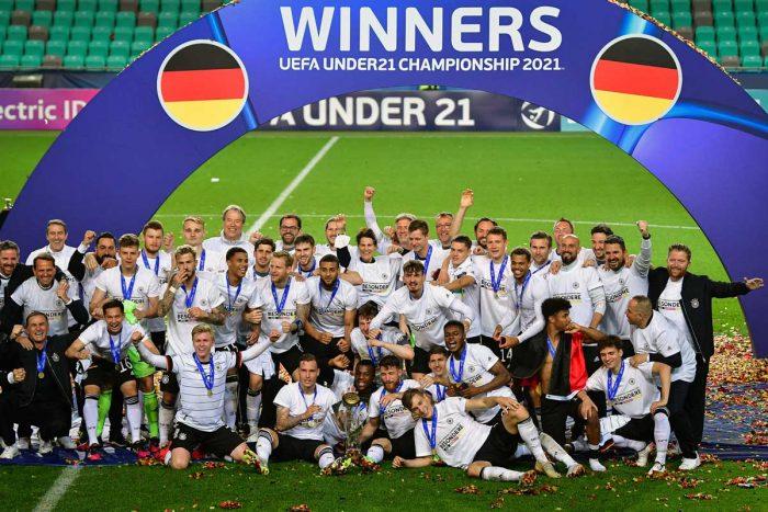 Die deutsche U21-Fußballmannschaft posiert für Fotos nach dem Sieg im Endspiel der UEFA-U21-Europameisterschaft 2021 zwischen Deutschland und Portugal im Stadion Stozice in Ljubljana am 6. Juni 2021. Jure Makovec / AFP