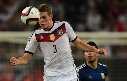 Mathias Ginter gegen den Argentinier Sergio Aguero beim Freundschaftsspiel am 3.9.2014 - Deutschland spielt hier im DFB Trikot von 2014 mit dem neuen FIfA Badge und den vier Meistersternen (Foto AFP)