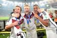 Mario Götze, André Schürrle und Jerome-Boateng feiern nach dem Gewinn der Weltmeisterschaft 2014 (AFP-PHOTO-PATRIK-STOLLARZ)