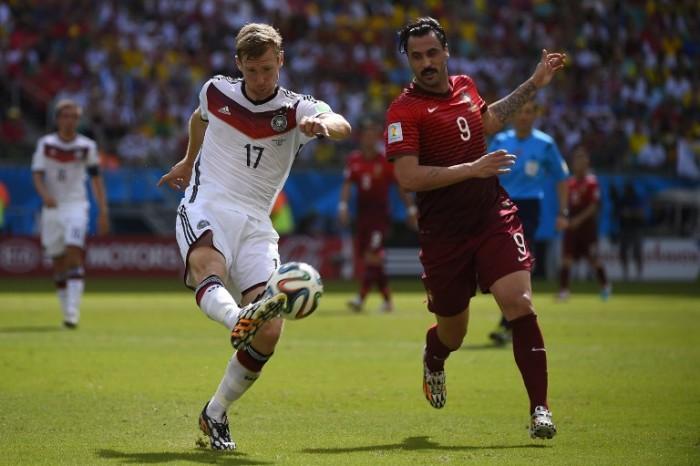 Der Portugiese Hugo-Almeida gegen Per Mertesacker beid er Fußball WM 2014 mit der Rückennummer 17 .AFP-PHOTO-FABRICE-COFFRINI